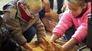 Nettoyage des clous à la sciure - visite ludique pour les enfants (photo Oise Tourisme)
