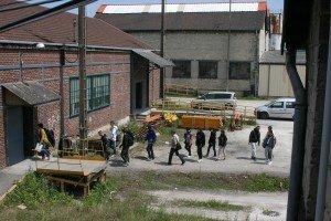 Groupe d'étudiants en visite à la clouterie Rivierre